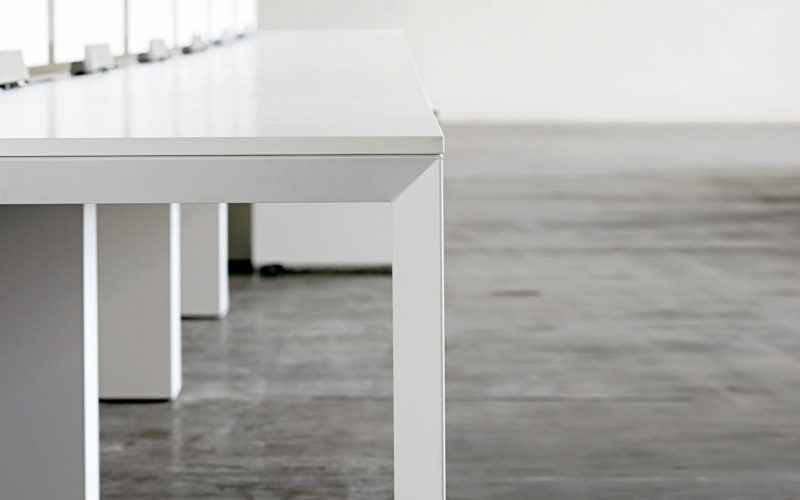 Sinetica - An office table with an elegant and minimal design.